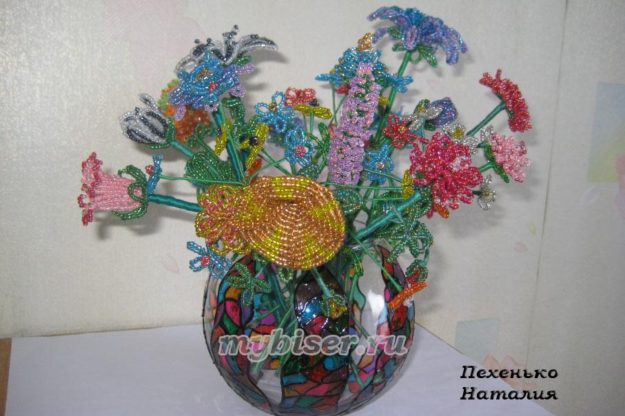 Здесь представлены деревья, цветы из бисера, сопровождаемые фото готовых изделий и схемами плетения бисером.