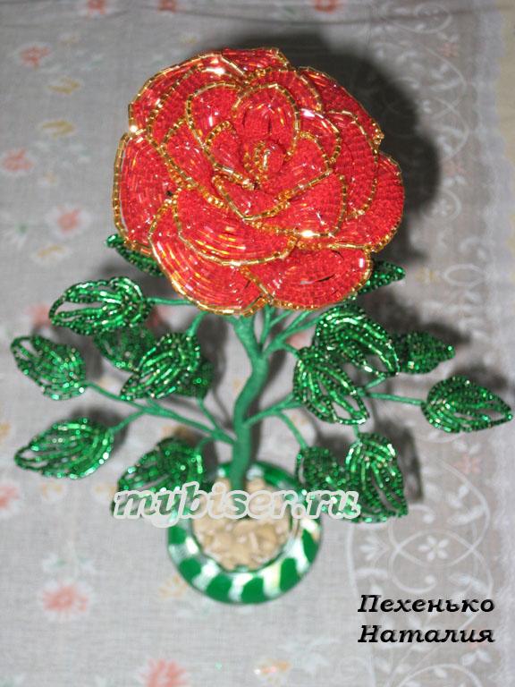 Розы выполнены из китайского бисера двух сверкающих оттенков: розового и оранжевого, которые.